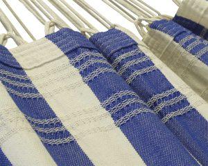 nautisch blauwe kleuren gecombineerd met de natuurlijke kleur van katoen. Met handwerk franje