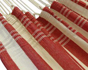 franje. Prachtige nautisch rode kleuren gecombineerd met de natuurlijke kleur van katoen. Super degelijk en oer sterk