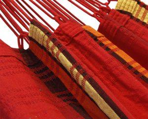 franje. Ambachtelijk en verantwoord gemaakt in Brazilië in Brazilië. Prachtige diepe kleuren. De decoratieve hangstoelen zijn ideaal om rustig in te schommelen of heerlijk een boek in te lezen. Inclusief houten ophangstok. Beste hangstoel stof ter wereld